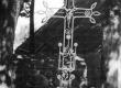 Geležinis kryžius Notėnų bažnyčios šventoriuje. KTU ASI archyvo nuotr., Sk-05611