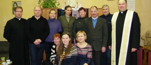 Skuodo-dekanato-Šeimos-centro-savanoriai-bei-kunigai-S.-Damašius-J.-Palubinskas